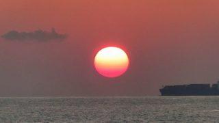 館山の夕日と船舶